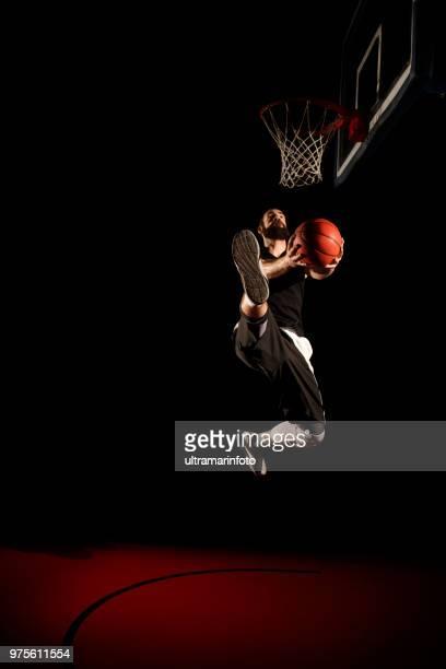 Basketball-Spieler macht Slam dunk - Mann Dunking