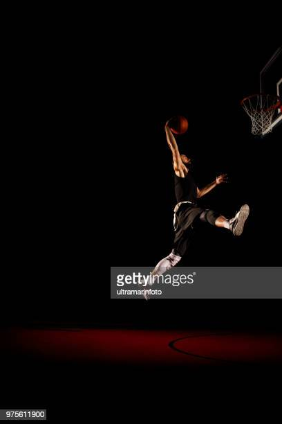 basketball-spieler macht slam dunk - mann dunking - profisportler stock-fotos und bilder