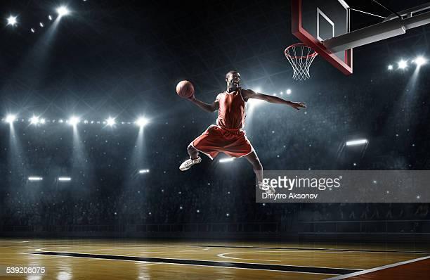 バスケットボール選手がスラムダンク