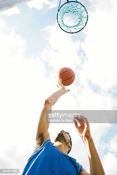 Basketball-Spieler auf dem Platz, Slam Dunks. Ball