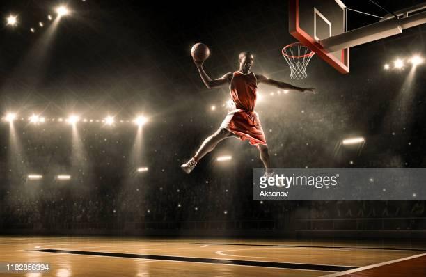 バスケットボール選手はスラムダンクを実行します - バスケットボールのシュート ストックフォトと画像