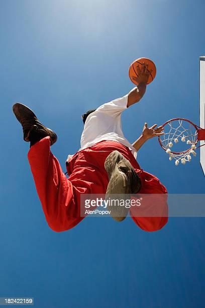 basketball player - op doel schieten stockfoto's en -beelden