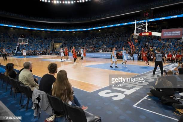 basketball player scoring slam dunk - desporto de equipa imagens e fotografias de stock