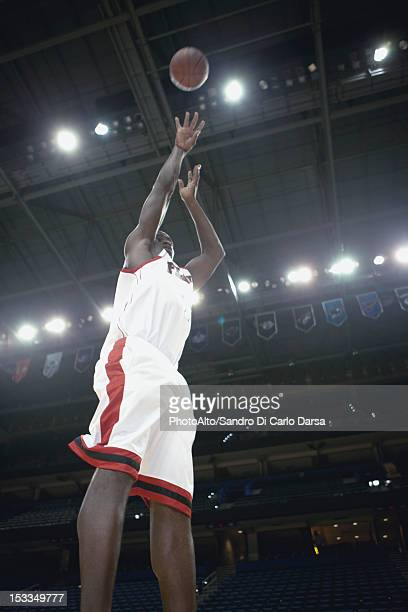 basketball player shooting basketball - shooting baskets stock pictures, royalty-free photos & images