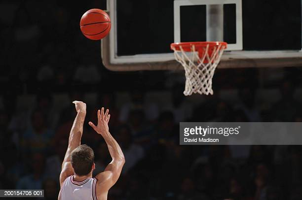 basketball player shooting from free throw line, rear view - bola de basquete - fotografias e filmes do acervo