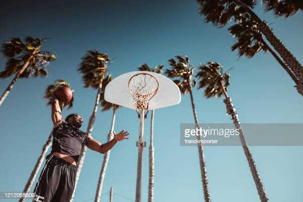 撮影を取るバスケットボール選手 - カリフォルニア州 ベニス ストックフォトと画像