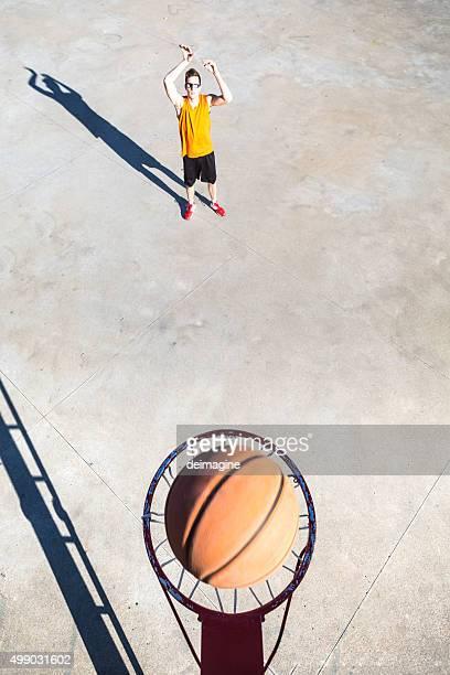 Basketball-Spieler wirft den ball in Korb