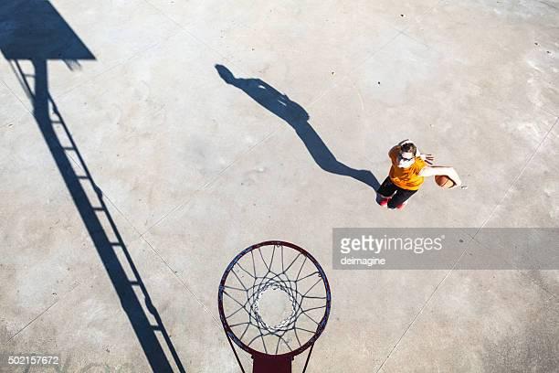 Basketball-Spieler unter den Korb