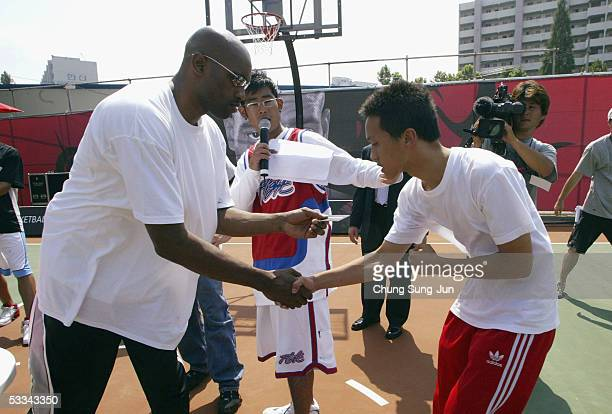 NBA basketball player Vince Carter of the New Jersey Nets greets fans as he attends an engagement during a promotional tour of South Korea at the...