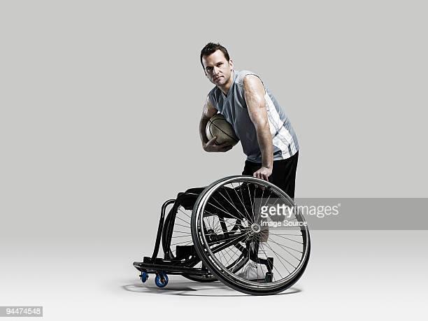 バスケットボール選手がボール、車椅子 - 障害者スポーツ ストックフォトと画像