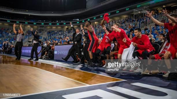 jogadores de basquete e treinador comemorando em quadra - rodada da competição - fotografias e filmes do acervo