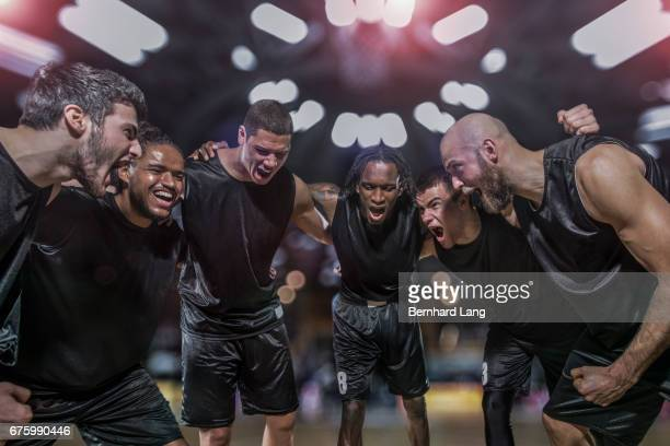 basketball players celebrating - freundschaft stockfoto's en -beelden
