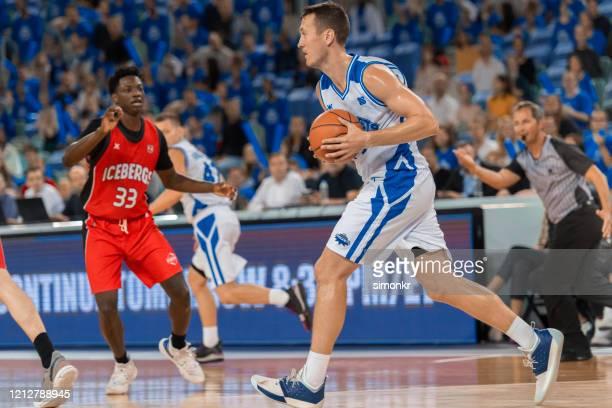 ボールを追いかけるバスケットボール選手 - バスケットボールのユニフォーム ストックフォトと画像