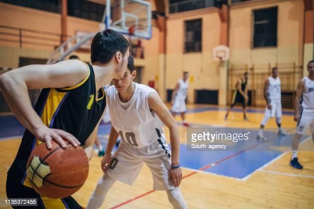 ゲーム中のバスケットボール選手 - バスケットボールのユニフォーム ストックフォトと画像