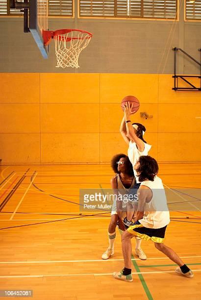 basketball players lifting a player - peter forte - fotografias e filmes do acervo