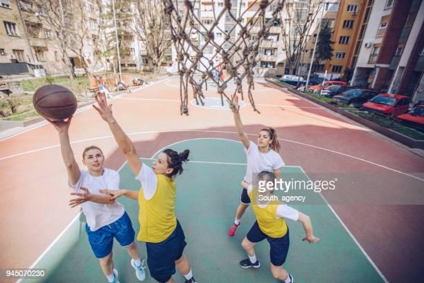 joueurs de basket-ball jouant au basketball sur la cour - essayer de marquer photos et images de collection