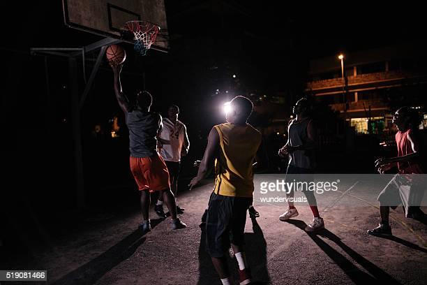 Basketball Spieler spielen in Court bei Nacht