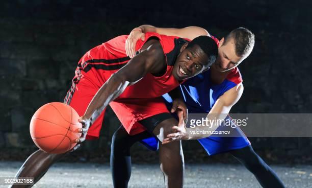 野外で遊ぶ裁判所のバスケット ボール選手 - 競技試合 ストックフォトと画像