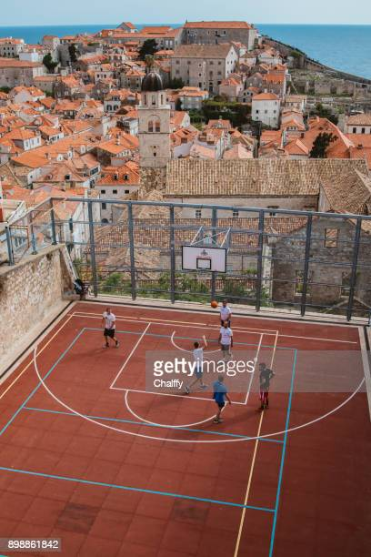 Einen Basketballplatz über Dubrovnik Altstadt