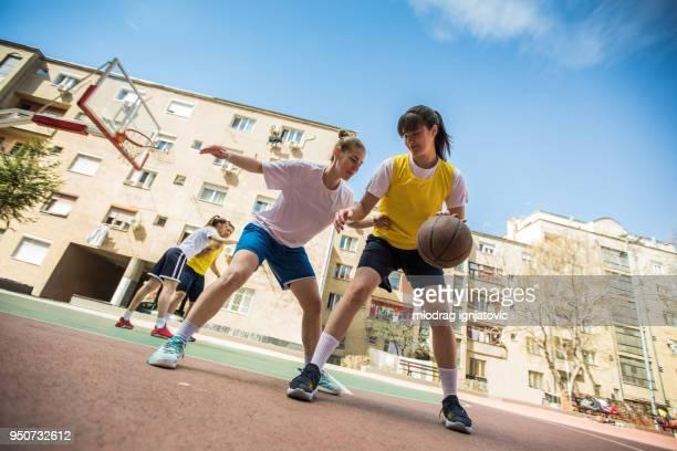 basketball-praxis im freien - weiblichkeit stock-fotos und bilder