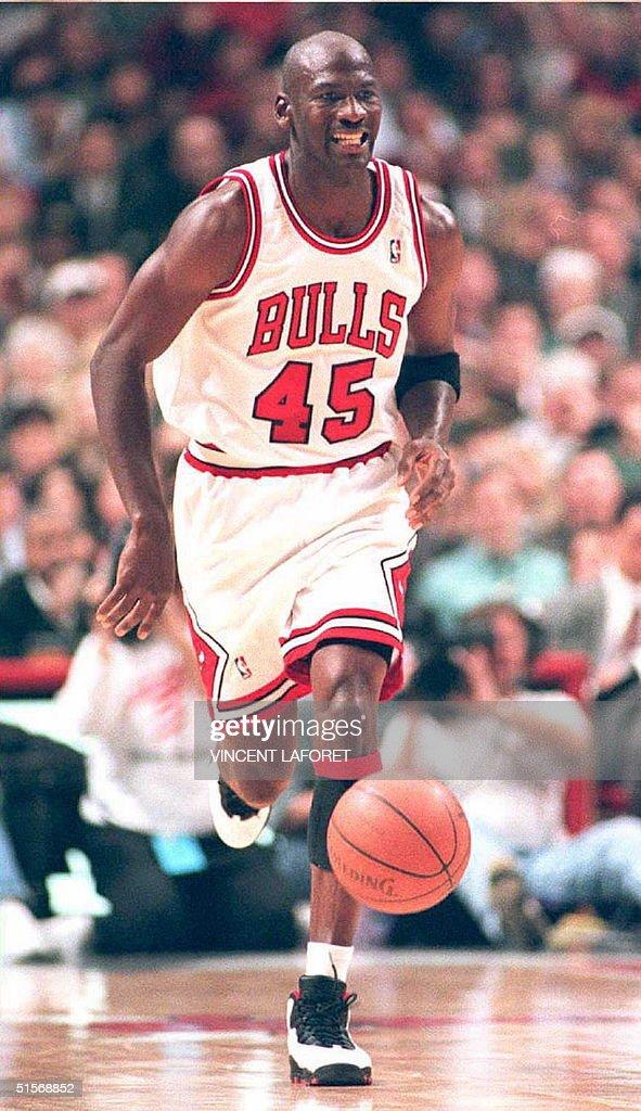 Basketball star Michael Jordan (C) of the Chicago : News Photo