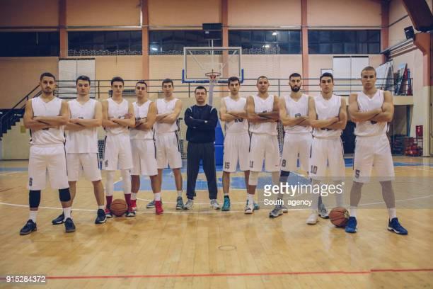 裁判所のバスケット ボール チーム - バスケットボールのユニフォーム ストックフォトと画像