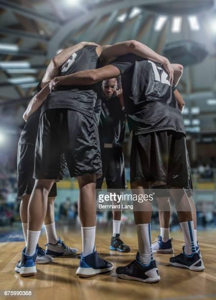 basketball team standing in cirlcle - freundschaftliche verbundenheit stock pictures, royalty-free photos & images