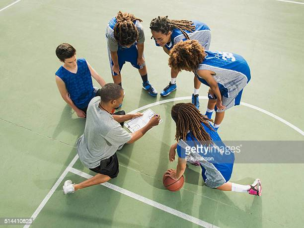 basketball team talking on court - basketball team stock pictures, royalty-free photos & images