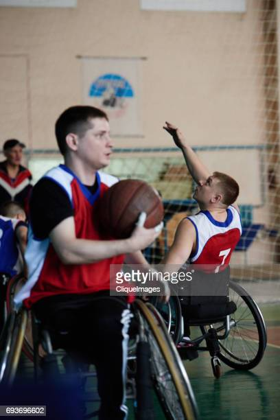 basketball training with handicapped athletes - cliqueimages fotografías e imágenes de stock