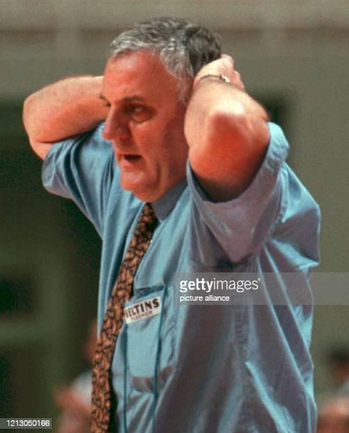 Basketball-Bundestrainer Vladislav Lucic schlägt nach der Niederlage gegen Israel im Juni 1995 die Hände über dem Kopf zusammen. Deutsche...