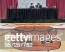 Basketballstar Michael Jordan von den Chicago Bulls sitzt mit seiner Frau Juanita auf einem Podium bei einer Pressekonferenz Im Vordergrund ein...