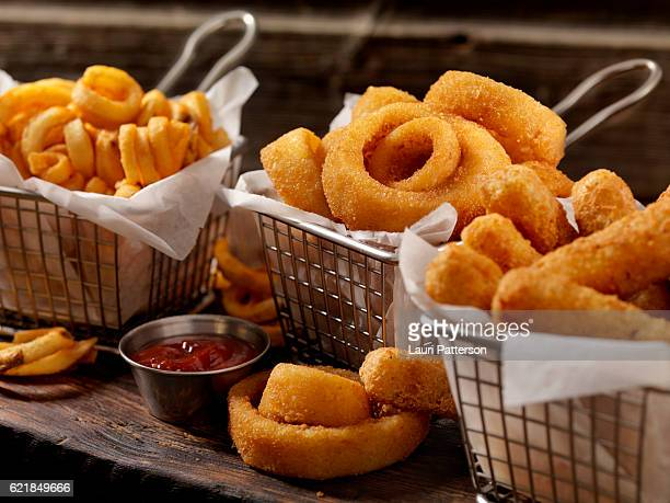 baskets of onion rings, curly fries and cheese sticks - fries imagens e fotografias de stock
