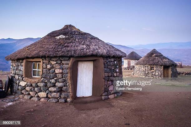basotho huts - lesoto fotografías e imágenes de stock