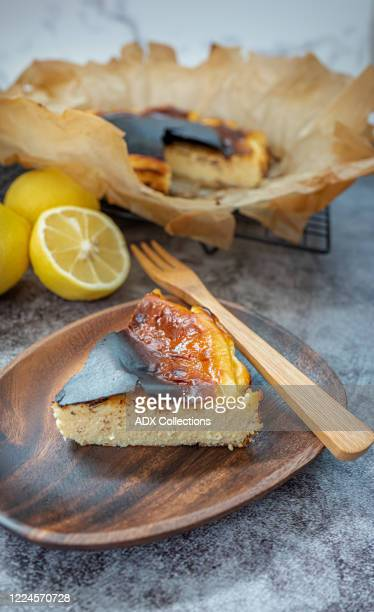 basque burnt cheesecake - バスク州 ストックフォトと画像