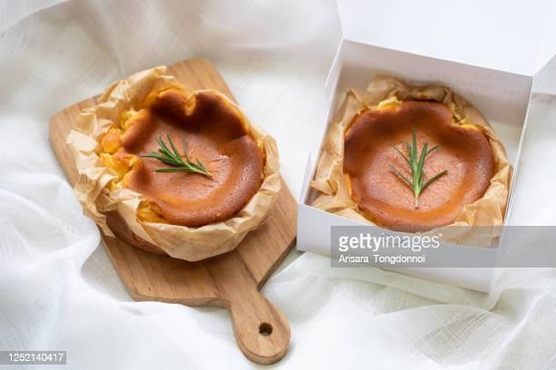 cheesecake basco - torta di ricotta foto e immagini stock