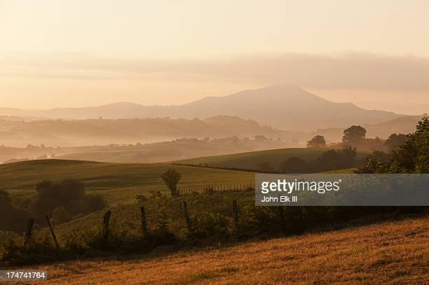 basque countryside landscape - scène rurale photos et images de collection