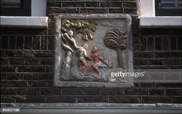 Basrelief d'Adam et Eve sur la façade d'une maison d'Amsterdam PaysBas