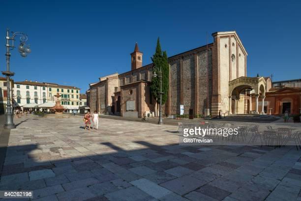 バッサーノ ・ デル ・ グラッパ、サン ・ フランチェスコ教会 - バッサーノデルグラッパ ストックフォトと画像