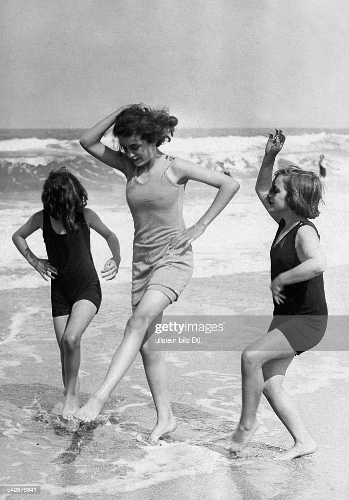 Basse-Normandie : Beach pictures A woman and two girls in bathing suits  play and