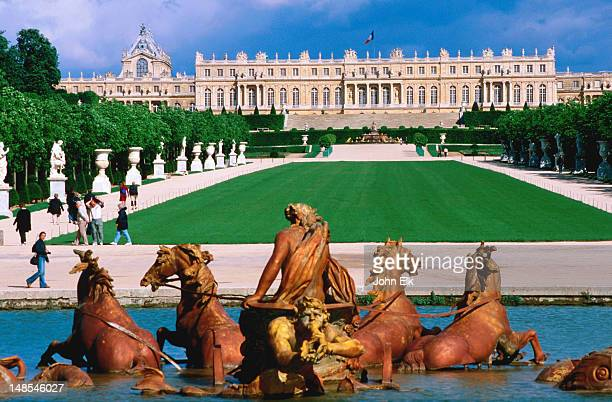 bassin d'apollon at chateau de versailles. - yvelines stock pictures, royalty-free photos & images
