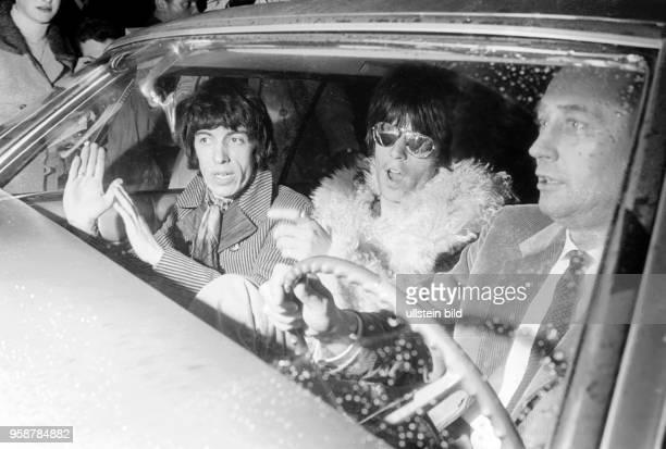 Bassist Bill WymanSchlagzeuger Charlie Watts der Rockgruppe Rolling Stones bei der Ankunft am Hamburger Flughafen