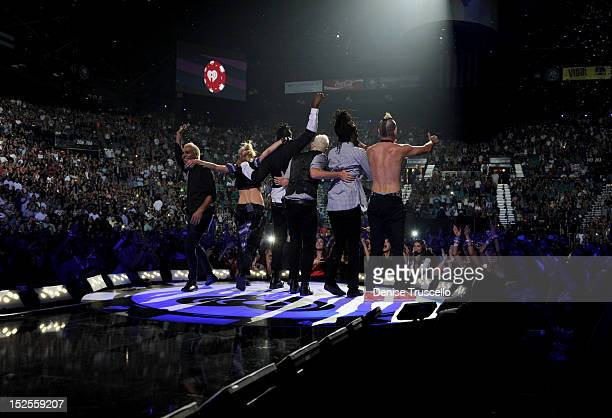 Bassist Tony Kanal singer Gwen Stefani keyboardist Gabriel McNair guitarist Tom Dumont keyboardist Stephen Bradleyand drummer Adrian Young of No...