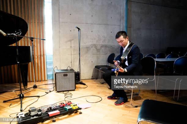 a bassist who takes rehearsals seriously - músico pop - fotografias e filmes do acervo