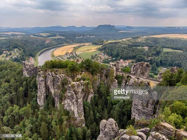 bastei-brücke am nationalpark sächsische schweiz - sandstein stock-fotos und bilder