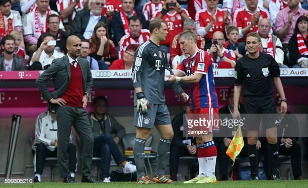 Bastian Schweinsteiger übergibt nach siner Auswechslung Manuel Neuer die Kapitänsbinde Fussball Bundesliga : FC Bayern München - VFB Stuttgart...