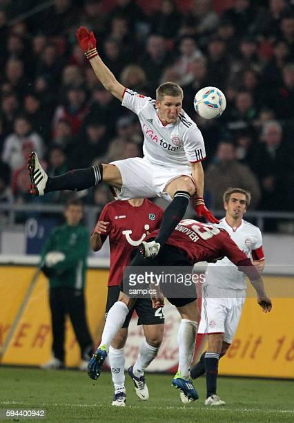Bastian SCHWEINSTEIGER FC Bayern München fällt über M Schmiedebach 1 Bundesliga Fussball Hannover 96 FC Bayern München Saison 2011 / 2012