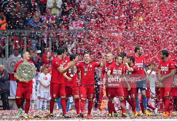 Bastian SCHWEINSTEIGER FC Bayern München mit Meisterschale deutscher Fussball Meister 2015 FC Bayern München Meisterschaft FC Bayern München Mainz 05...
