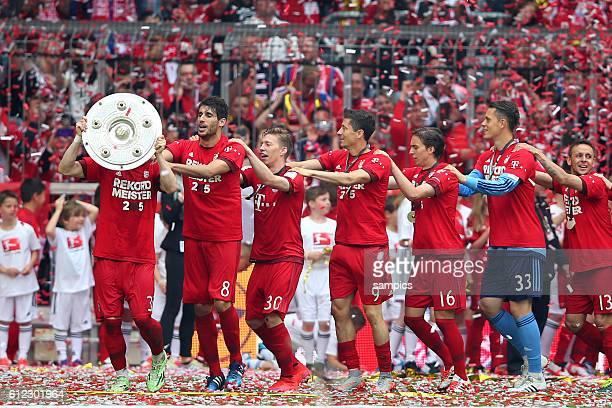 Bastian SCHWEINSTEIGER FC Bayern München mit Meisterschale deutscher Fussball Meister 2015 FC Bayern München Meisterschaft FC Bayern München - Mainz...
