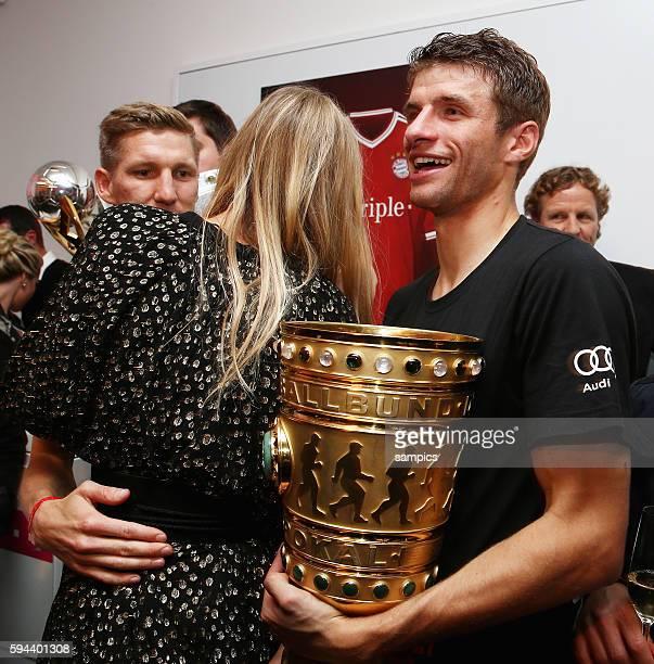 Bastian Schweinsteiger mit Sarah Brandner Thomas Müller Mueller FC Bayern München FC Bayern feiert nach dem DFB Pokal Sieg in Berlin gegen den VFB...