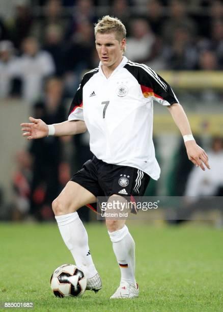 Bastian Schweinsteiger Mittelfeldspieler Nationalmannschaft D in Aktion am Ball